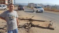 OKUL SERVİSİ - Sıkışan Metan Gazı Rögar Kapağını Patlattı, Asfalt Parçalandı