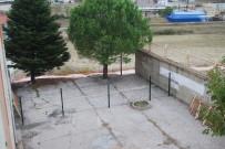 ÇÖKME TEHLİKESİ - Tehlike Saçan Okul Duvarı Yıkıldı