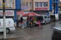 PAZAR ESNAFI - Afyonkarahisar'da Şiddetli Yağmur Pazar Esnafı Ve Vatandaşlara Zor Anlar Yaşattı