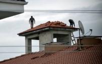 YAĞMURLU - (Özel) Güvenlik Önlemi Almadan Çatıda Çalışan İşçiler Yürekleri Ağza Getirdi