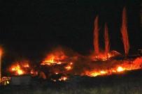Ayvalık'ta Sanayi Sitesi İle Asfalt Şantiyesi Arasındaki Bölgede Çıkan Yangın Korkuttu