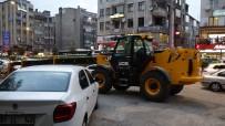 MURAT SARı - İş Makinesi Otoparkın Önüne Çekildi, Araçlar Mahsur Kaldı