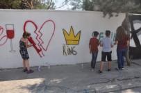 Siyasi Yazı Bulunan Duvarlara Gençler Çiçek Açtırdı