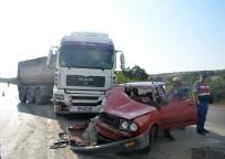 PELITÖZÜ - Trafiğe Kapalı Yola Giren Otomobil Tırla Çarpıştı Açıklaması 3 Yaralı