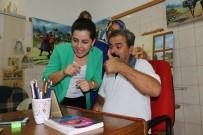 EVDE TEK BAŞINA - İşitme Engelli Ressamın Müşteri Temsilcisi Çilesi