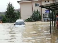 Sakarya'da Dereler Taştı, İlçe Sular Altında Kaldı