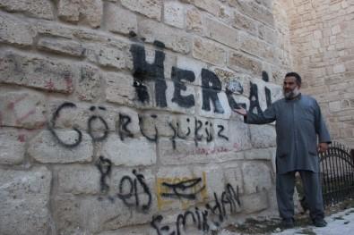 Tarihi Kalenin Surları Yaz-Boz Tahtasına Döndü