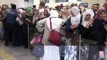 DİYARBAKIR HAVALİMANI - Diyarbakır'da İlk Hac Kafilesi Güllerle Karşılandı