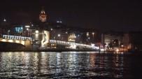 YUNUSLAR - Galata Köprüsü Altında Yunuslar Gösterisi Büyük Beğeni Topladı
