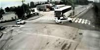 ÇARPMA ANI - Servis Otobüsü Lüks Otomobile Böyle Çarptı