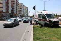 AMBULANS ŞOFÖRÜ - Ambulans İle Otomobil Çarpıştı Açıklaması 4 Yaralı