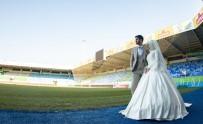 ABDULLAH ÇELIK - Düğün Fotoğraflarını Stadyumda Çektirdiler