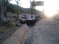 Kamyonet Su Kanalına Devrildi Açıklaması 2 Yaralı