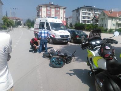 Otomobille motosiklet kafa kafaya çarpıştı