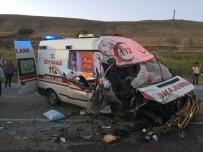 VAN YÜZÜNCÜ YıL ÜNIVERSITESI - Van'da Ambulansla Tır Çarpıştı; 4 Yaralı