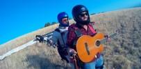 YAMAÇ PARAŞÜTÜ - Bin Metre Yükseklikte Gitar Çalıp Şarkı Söyledi