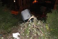 OKMEYDANı - Kağıthane'de Otomobil İstinat Duvarında Asılı Kaldı