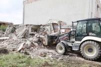 YAVUZ SULTAN SELİM - Körfez'de Tehlike Saçan Metruk Yapı Yıkıldı