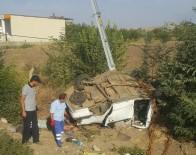YARıMCA - Şarampole Uçan Otomobil Direğe Çarptı Açıklaması 1 Ölü, 2 Yaralı