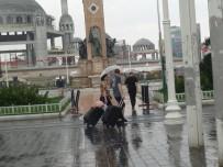 TAKSIM - Beyoğlu'nda Vatandaşlar Yağmura Hazırlıksız Yakalandı