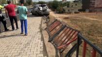 Diyarbakır'da Otomobil Bariyerlere Çarptı