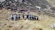 Hizmet İçin 200 Kiloluk Direkleri Sırtlarında Taşıdılar