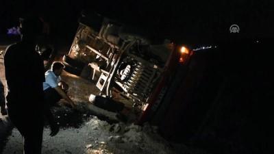 İşçileri taşıyan kamyon devrildi