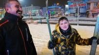 Çocuklarıyla Birlikte Şehir Merkezinde Kayak Yaptı