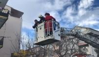 KOCAELI ÜNIVERSITESI - Alevlerin Sardığı Binada Mahsur Kalanların İmdadına İtfaiye Yetişti