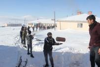 Dondurucu Soğukta Köydeki Kardeşleri İçin Spor Salonu Yaptılar