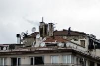 TAKSIM - (Özel) Taksim'de Çatıda Tedbirsiz Anten Tamiri Yürekleri Ağza Getirdi