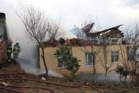 GÜNDOĞDU - Rüzgarda Kayan Çatı Bacayı Yıkınca Yangın Çıktı