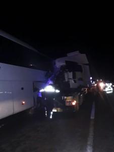 Tır, Arıza Yapan Otobüse Çarptı Açıklaması 1 Ölü, 2 Yaralı