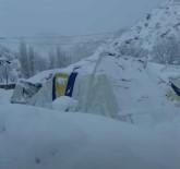 FUTBOL SAHASI - Yoğun Kar Yağışı Nedeniyle Futbol Sahası Çöktü