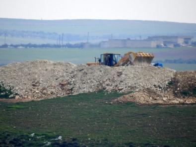 YPG'li teröristler hendek kazarken görüntülendi