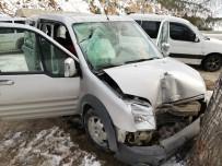 Aracın Üzerine Kaya Düştü Açıklaması 4 Yaralı