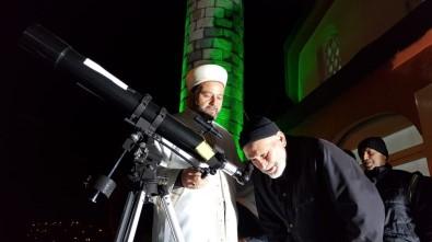 Camiye İlgiyi Arttırmak İçin Caminin Damına Teleskop Kurdu