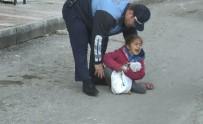 KİMLİK TESPİTİ - Dilenci Kadın Küçük Çocuğunu Yol Ortasında Bırakıp Kaçtı