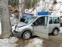 Gümüşhane-Tirebolu Karayolunda Aracın Üzerine Kaya Düştü Açıklaması 4 Yaralı