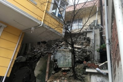 Kağıthane'de İstinat Duvarı Çöktü