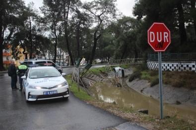 Kanala Uçan Otomobilin Sürücüsü Kazayı Burnu Bile Kanamadan Atlattı