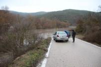 Kepsut'ta Aşırı Yağış Yolu Kapattı