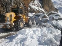 Köy Yoluna Dev Kayalar Düştü