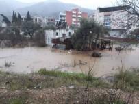 PİKNİK ALANI - Sağanakla Beraber Oluşan Heyelan 2 Mahalle Yolunu Kapattı