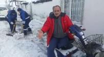 Belediye Engelli Vatandaşın Evinin Önündeki Yolu Kar Ve Buzdan Arındırdı