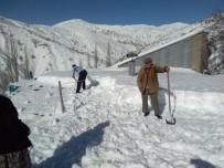 Damlarda Biriken Karlar Küreklerle Temizleniyor