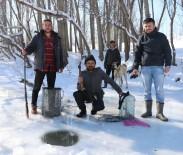 DAMACANA - Donan Irmakta Balta İle Buzu Kırıp Balık Avladılar