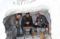 Kar Çok Yağınca 'Kardan Kafe' Yaptılar