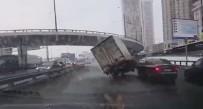 KAMYON ŞOFÖRÜ - Rusya'da Araçların Arasına Sıkışan Kamyon Devrildi