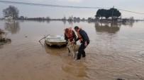 SAĞANAK YAĞIŞ - Foça'dan Kiraladığı Tekneyle Köpeğini Kurtardı